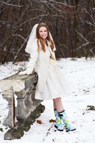 Junge Braut in kurzem Standesamt Brautkleid im Winter mit farbigen Gummistiefeln