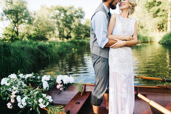 Hochzeitspaar mit Standesamtkleid Sommer