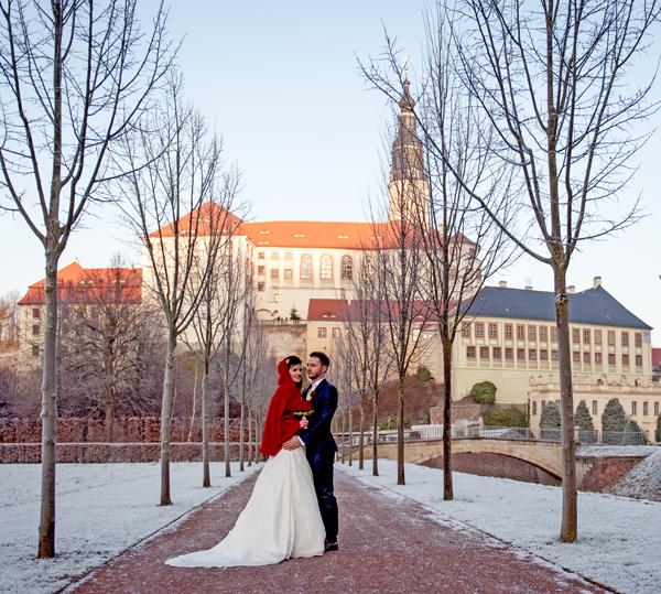 Hochzeitspaar mit Standesamtkleid im Winter