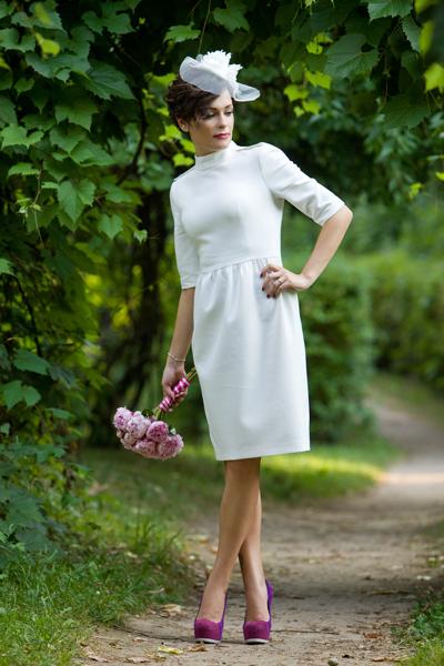 Braut mit weißem Etuikleid