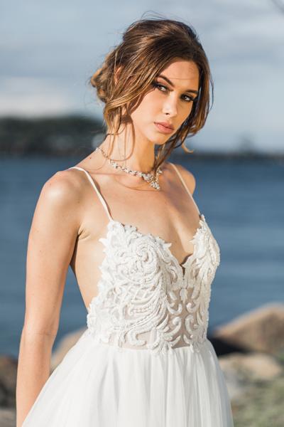 Braut mit eng anliegenden Spitzenoberteil