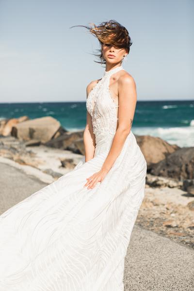 Frau mit schlichten Standesamtbrautkleid am Meer