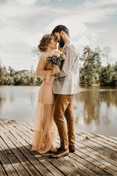 Braut mit farbigen Standesamt Brautkleid