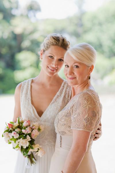 Brautmutter mit Tochter in Standesamtkleidern
