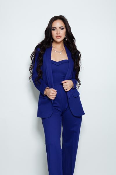 Frau mit Standesamt Jumpsuit in Blau