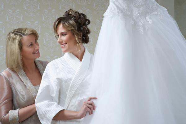 Brautmutter in Standesamtkleid mit Tochter