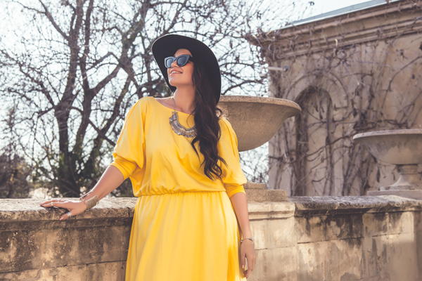Frau mit gelben Standesamt Maxikleid