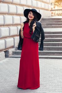 Frau in rotem Standesamtkleid Gast