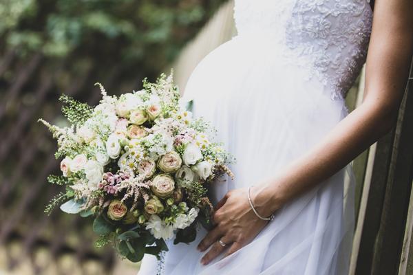 Braut in Umstandsmode zum Standesamt