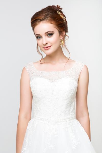 Braut in schlichten Standesamtkleid