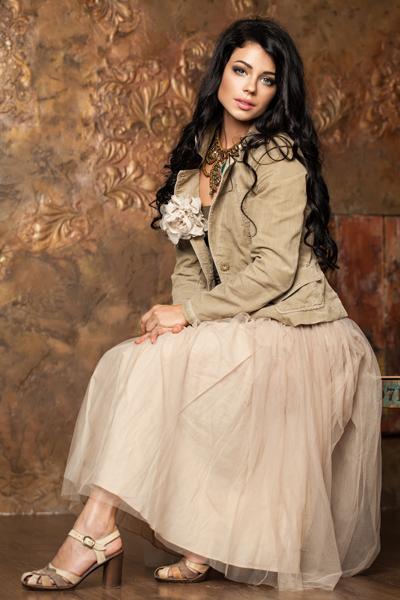 Brünette Frau mit Tüllrock als Standesamt Outfit