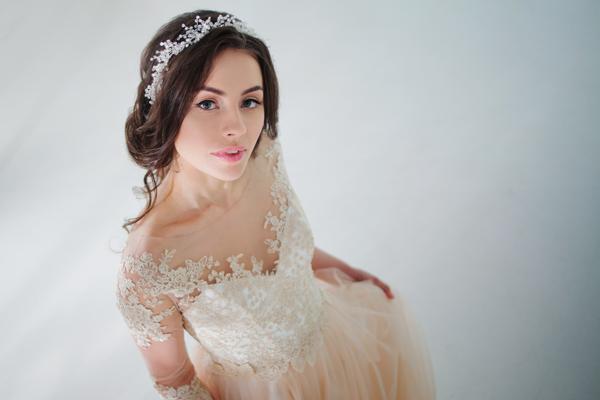 Braut in einem apricot-farbenen Standesamtkleid mit Spitze