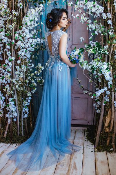 Attraktive Braut in blauen Standesamtkleid