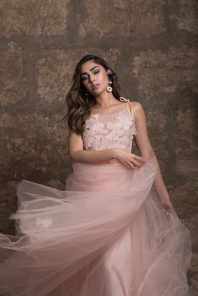 Brünette Braut mit Standesamtkleid in Rosé