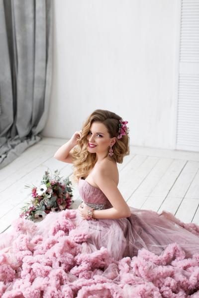 Junge Braut mit fliederfarbenen Standesamtkleid