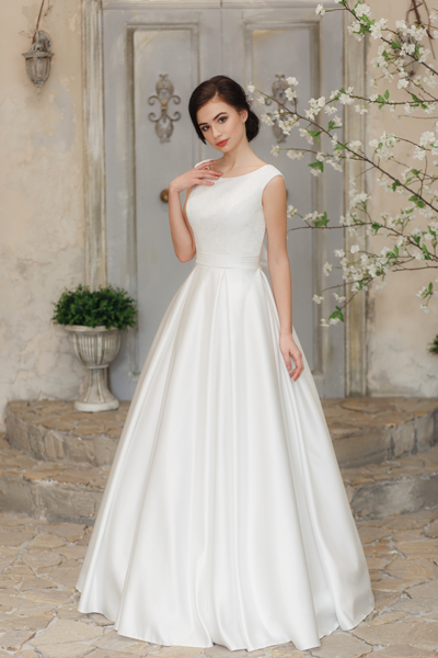 Brünette Schönheit in einem schlichten Standesamt Brautkleid A-Linie
