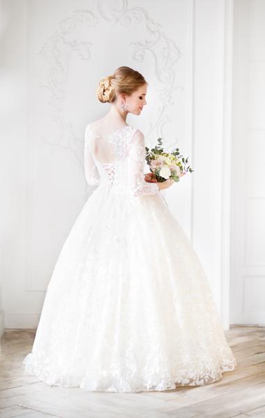 Blonde Braut in einem Standesamt Brautkleid mit Spitzenärmeln für Winterhochzeit