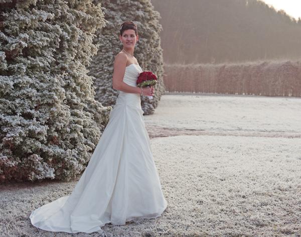 Braut in wunderschönen Winter Hochzeitskleid zum Standesamt