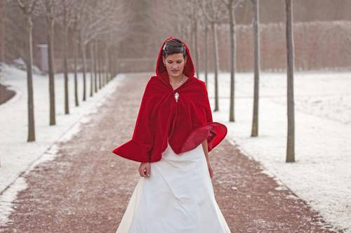 Braut in Standesamtkleid Winter mit roter Brautjacke