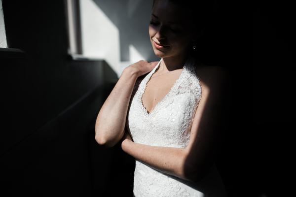 Braut in wunderschönen kurzen Brautkleid mit Applikationen