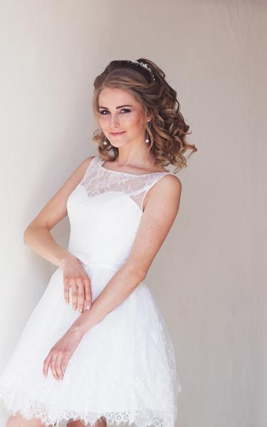 Blonde Braut im kurzen Brautkleid mit feiner Spitze
