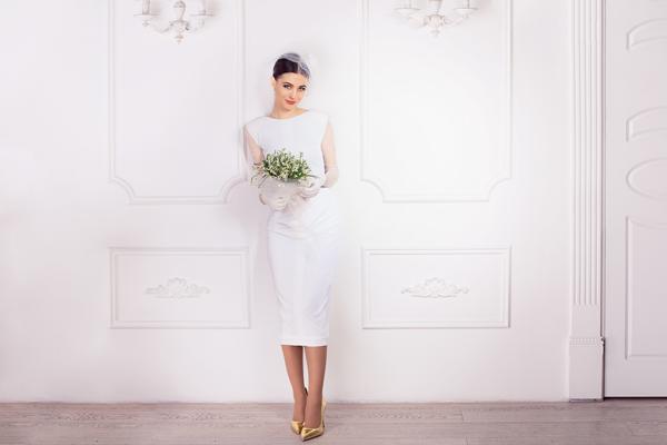 Brünette Braut in kurzen Brautkleid zum Standesamt