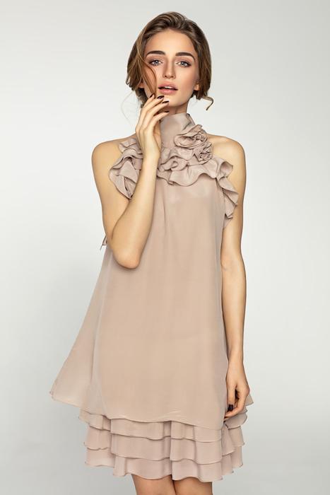 Hübsche brünette Frau mit Standesamtkleid Gast im femininen Stil