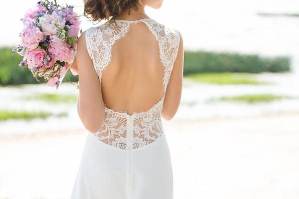 Braut mit Vintage Brautkleid und hübschen Rückenausschnitt aus Spitze