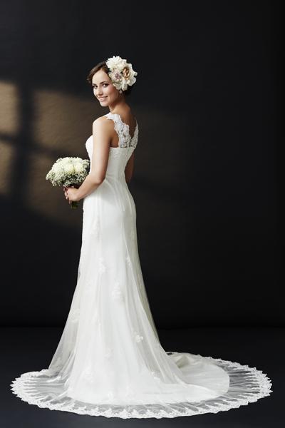 Wunderschöne Braut in Vintage Brautkleid mit Blumen im Haar