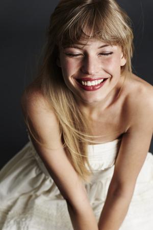 Strahlende blonde Braut in schlichten sommerlichen Standesamt Brautkleid