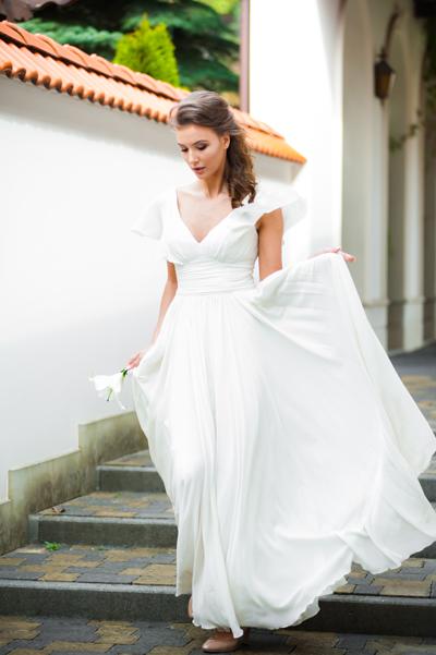 Brünette Braut im schlichten Standesamt Brautkleid Maxikleid