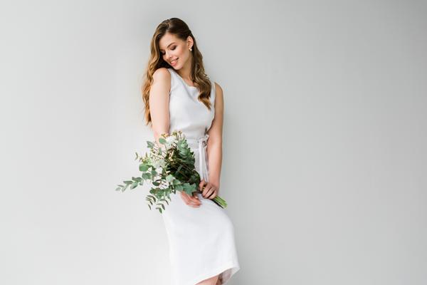 Brünette Braut in schlichten