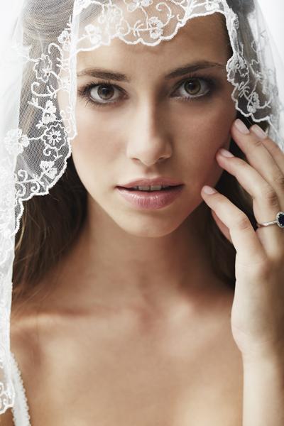 Brünette Braut mit Vintage Schleier mit zarter Spitze