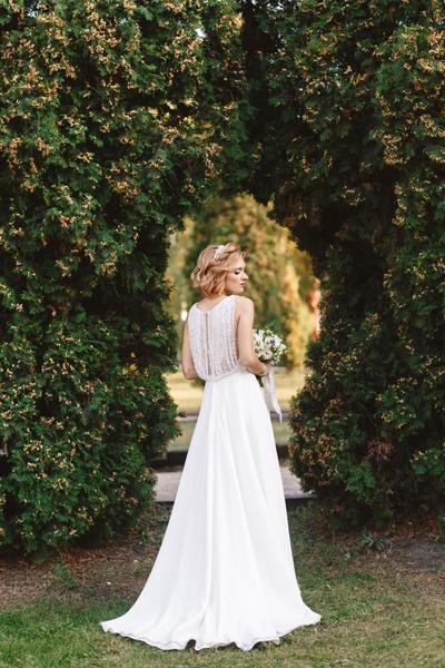 Wunderschöne blonde Braut im edlen und schlichten Vintage Brautkleid