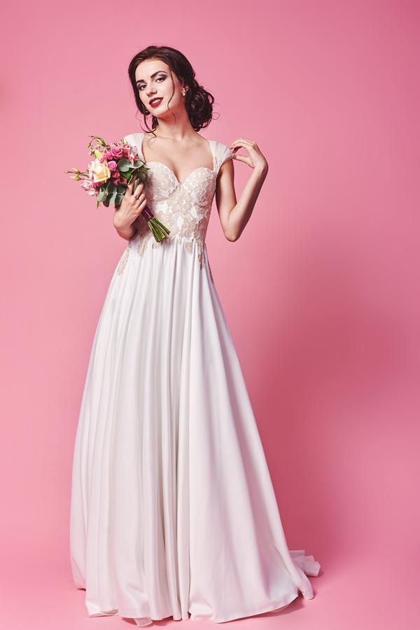 Brünette Braut mit Brautkleid in der Farbe Blush