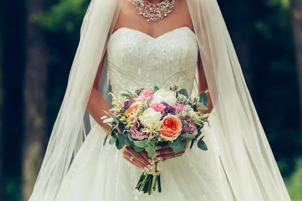 Braut im wunderschönen Brautkleid mit Glitzer