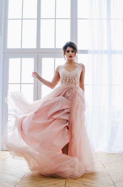 Braut mit Brautkleid Blush