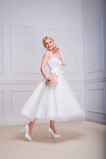 Braut in kurzen Brautkleid