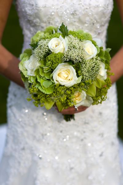Braut in Brautkleid mit Glitzerdetails