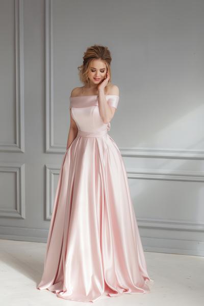 Braut in blush-farbenen Standesamtkleid