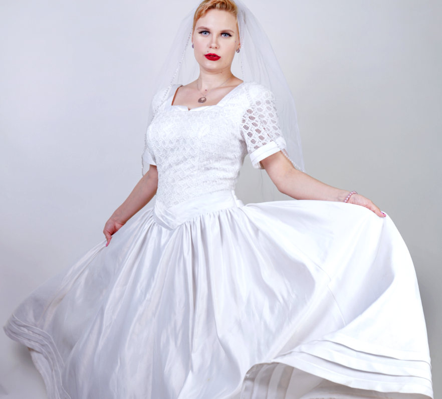 Blonde Braut in Hochzeitskleid für große Größen