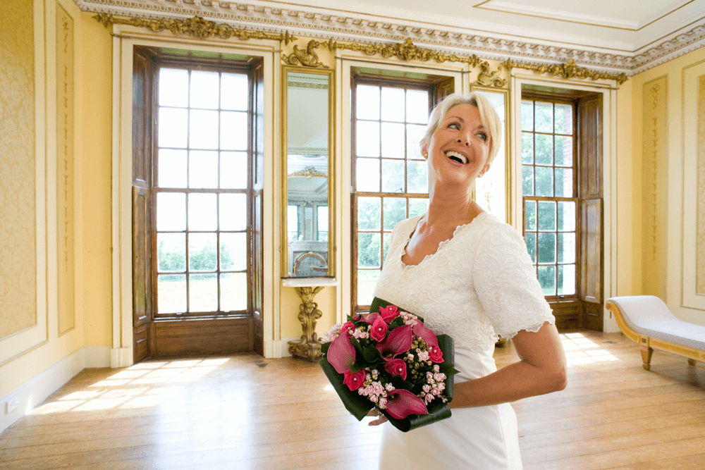 Strahlende reife Braut im Standesamtkleid