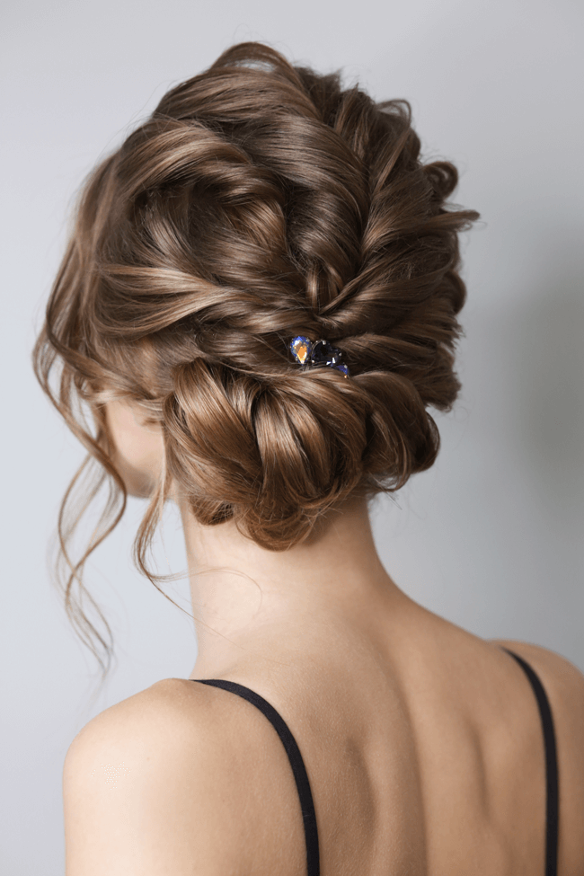 Braut mit Messy-Bun und lockigen Haar
