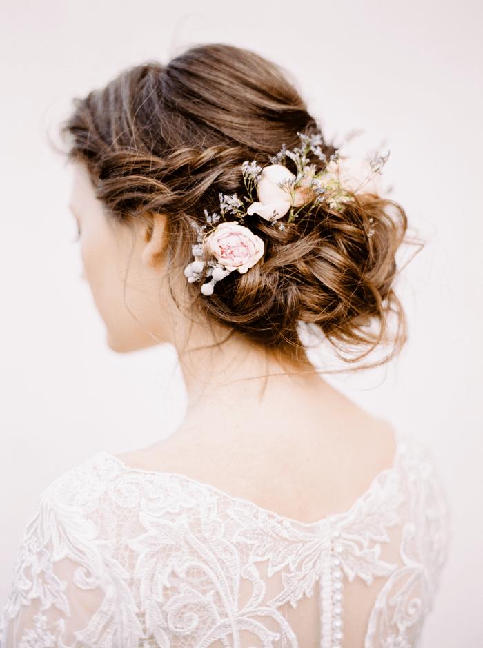 Brautfrisur Messy-Bun mit Blumen