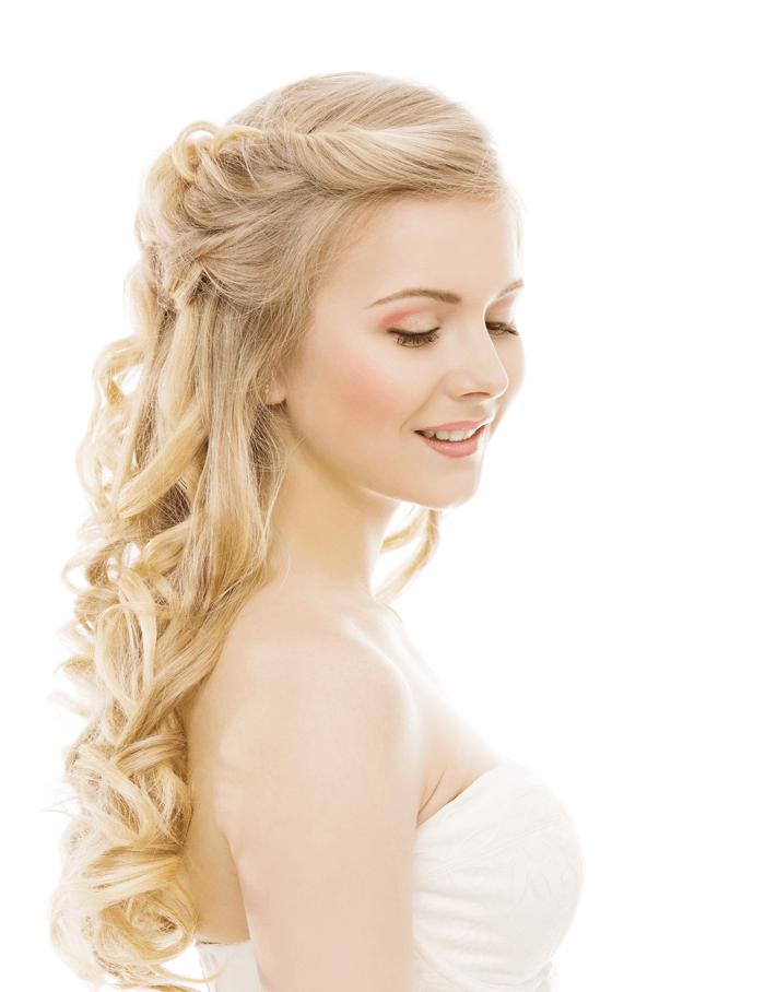 Blonde Braut mit offenen Haaren und großen Locken