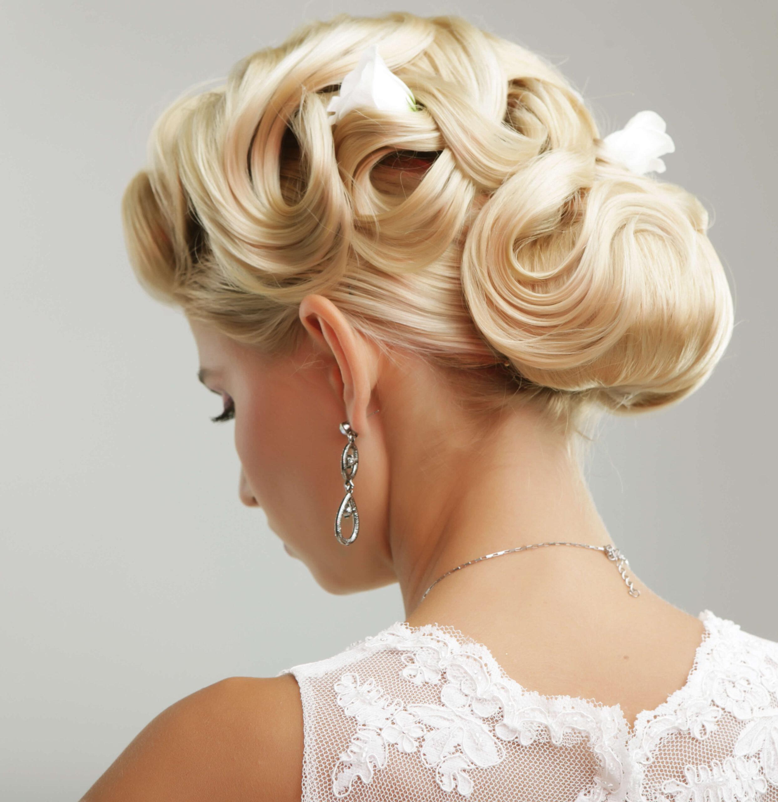 Blonde Braut mit sehr eleganter Brautfrisur passend zum Brautlook