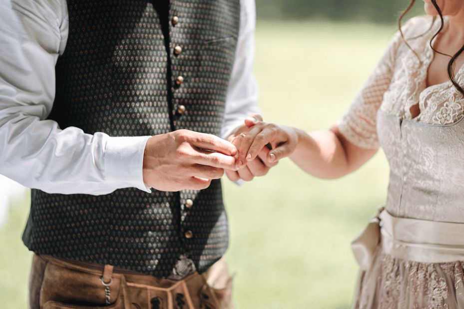 Braut und Bräutigam in traditioneller Tracht